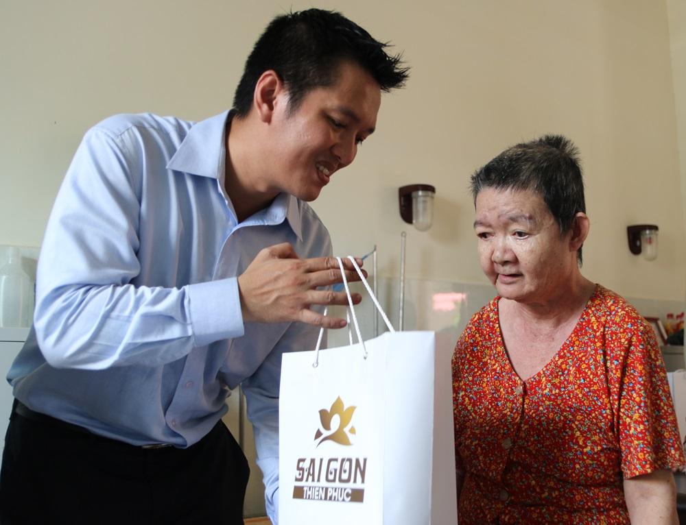 Đại diện công ty Sài Gòn Thiên Phúc trao phần quà hỗ trợ cho người già neo đơn tại Nhà dưỡng lão huyện Cần Giuộc.