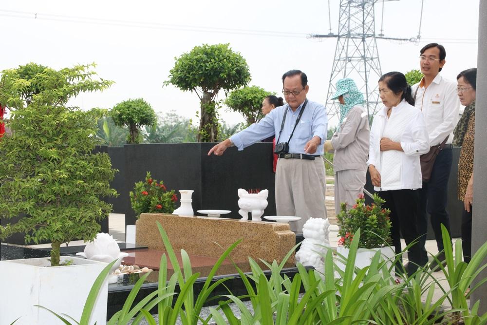 Khách hàng tìm hiểu về dự án công viên nghĩa trang Sài Gòn Thiên Phúc.