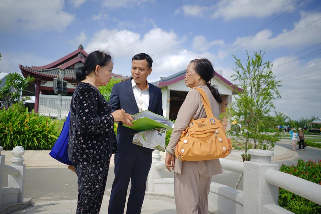 Khách hàng tới đăng ký mua đất dưỡng sanh tại Sài Gòn Thiên Phúc