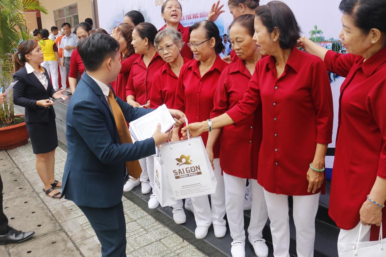 Sài Gòn Thiên Phúc còn dành tặng những phần quà lưu niệm cho các cô chú tham dự hội thi