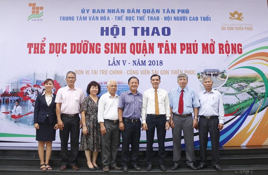 Đại diện Sài Gòn Thiên Phúc chụp ảnh lưu niệm cùng các vị lãnh đạo Hội NCT các quận.